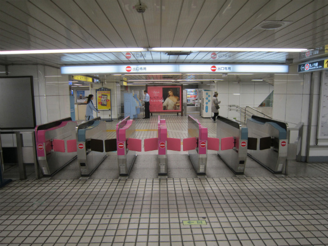 新宿丸の内西改札2