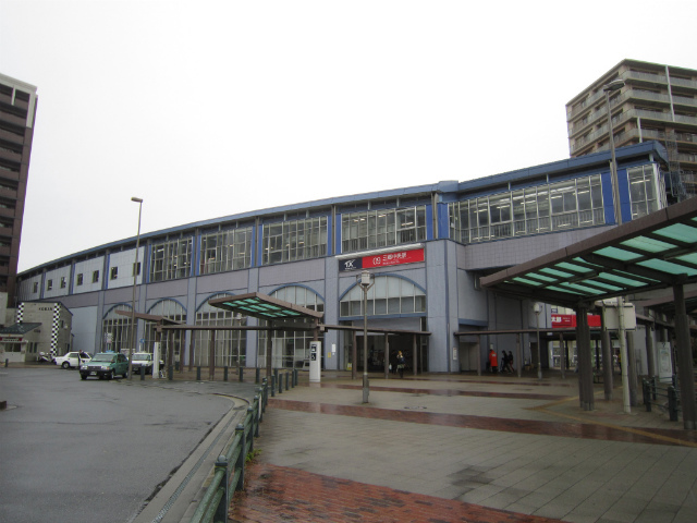 三郷中央駅舎