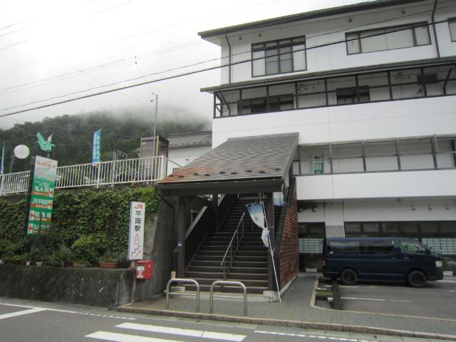 平岡駅舎入り口
