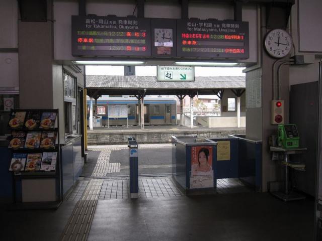 観音寺駅 改札
