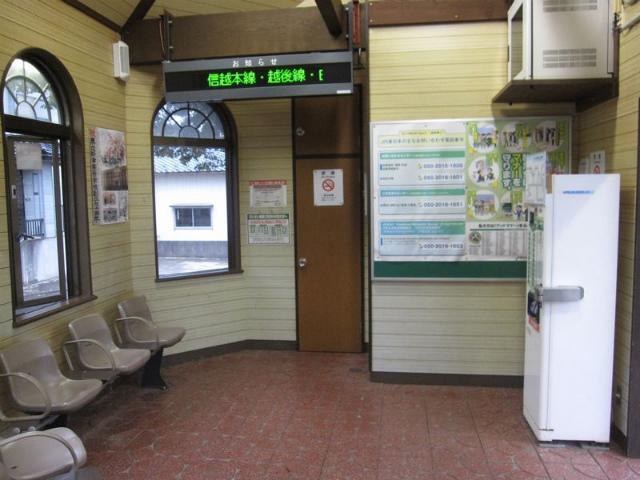 東新津駅舎内部